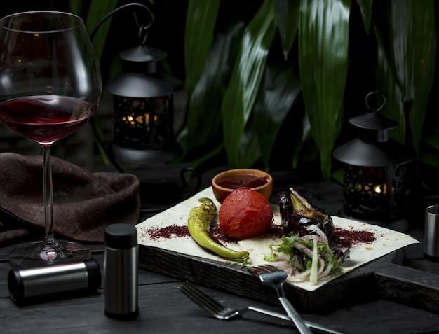 Gegrilde groenten geserveerd met lavash en soorten