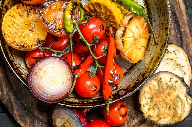 Gegrilde groenten in de pan. bovenaanzicht