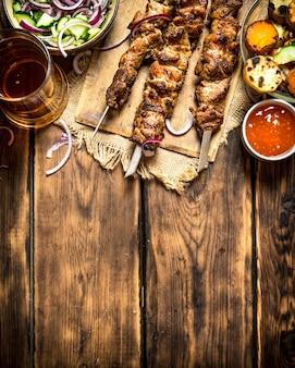 Gegrilde groenten met een geurige shish kebab van schapenvlees. op houten achtergrond.