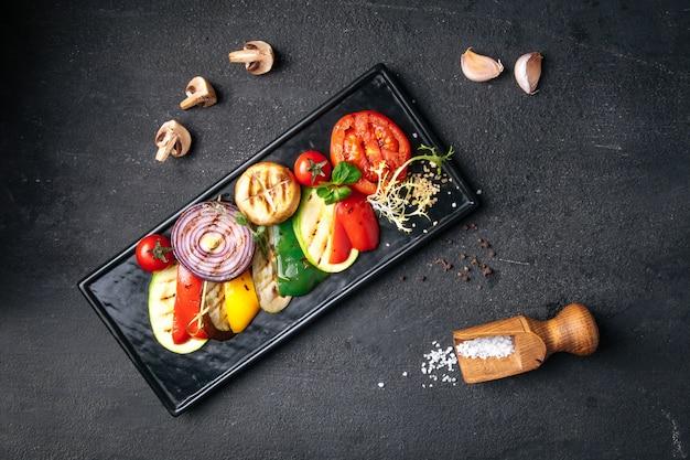 Gegrilde groenten op donker