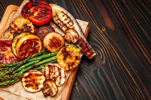 Gegrilde groenten op houten tafel