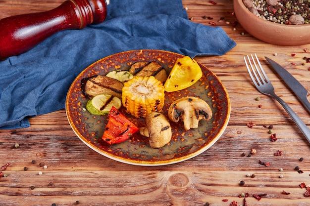 Gegrilde groenten, veganistisch, hout