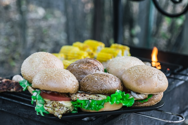 Gegrilde hamburgers buiten. met kaas, ui, salade, tomaat