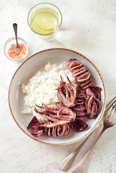 Gegrilde hele inktvis met gekookte rijst
