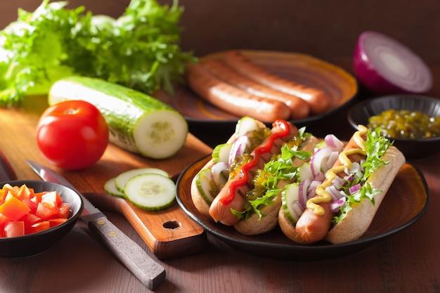 Gegrilde hotdogs met mosterd van groentenketchup