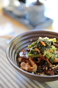 Gegrilde japanse buta donburi varkensvlees kom op houten tafel Premium Foto
