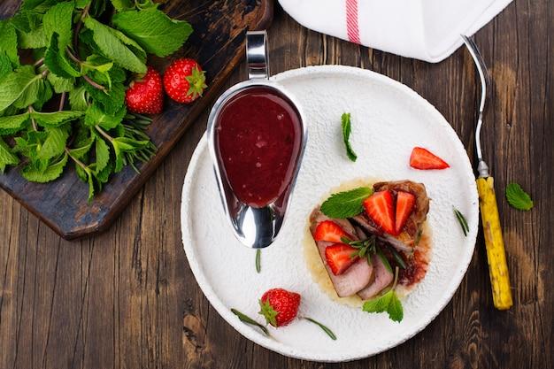 Gegrilde kalfsbiefstuk met couscous en aardbeiensaus