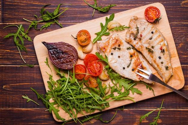 Gegrilde kalkoen steak op een snijplank