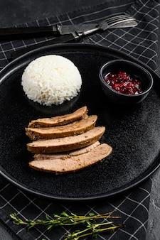 Gegrilde kalkoensteak met heldere, smakelijk geroosterde korst. garneer met gekookte rijst. bovenaanzicht