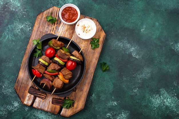 Gegrilde kebab met vleeschampignons en groenten
