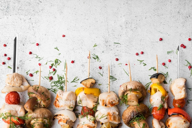 Gegrilde kip- en groentespiesjes uitgelijnd