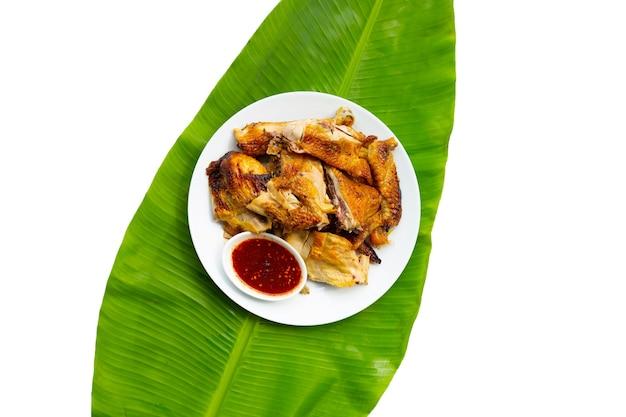Gegrilde kip in witte plaat op bananenblad. thais eten