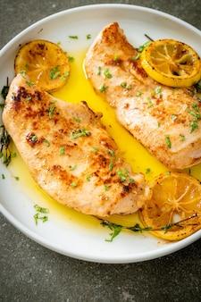 Gegrilde kip met boter, citroen en knoflook op witte plaat