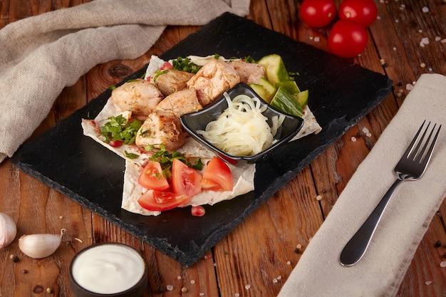 Gegrilde kip met groenten, houten achtergrond