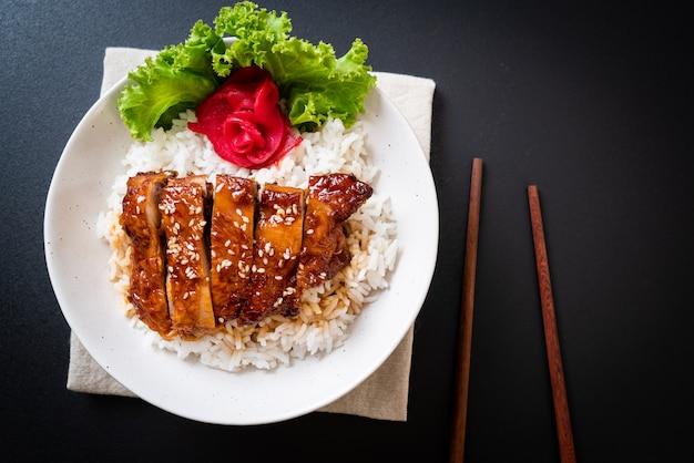Gegrilde kip met teriyaki saus op topped rijst