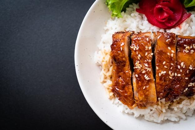 Gegrilde kip met teriyakisaus op belegde rijst
