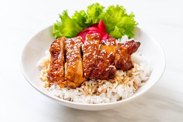 Gegrilde kip met teriyakisaus op gegarneerde rijst