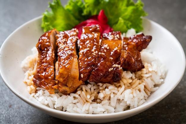 Gegrilde kip met teriyakisaus op rijstkom