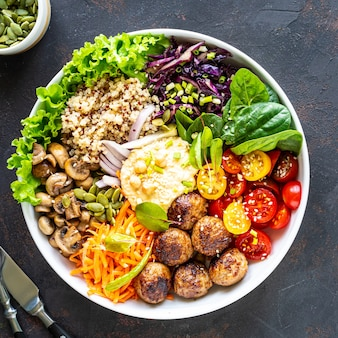 Gegrilde kip, rijst, pikante kikkererwten, avocado, kool, peper in boeddha schaal