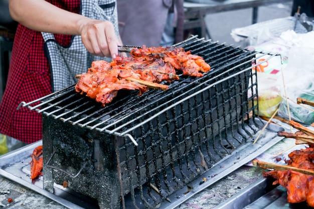 Gegrilde kip street food in thaise stijl te koop. kip bbq