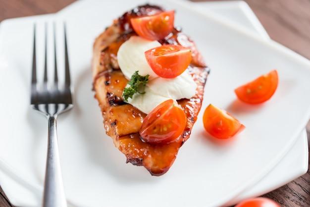 Gegrilde kippenbiefstuk met mozzarella en kerstomaatjes