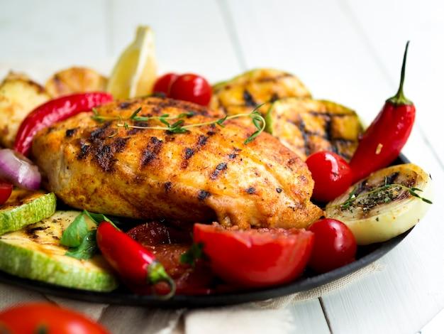 Gegrilde kippenborsten met groenten