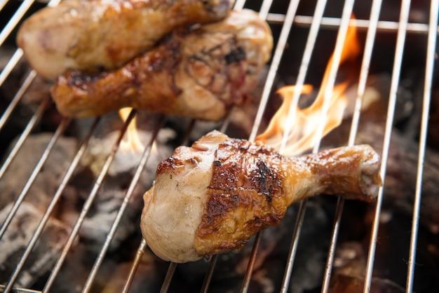 Gegrilde kippendij over vlammen op een barbecue
