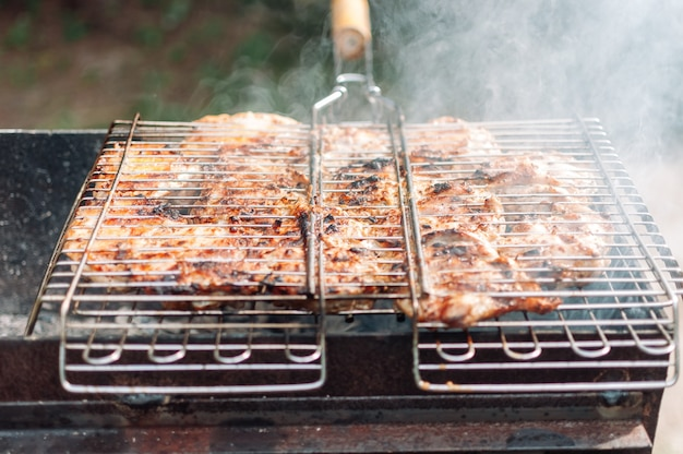 Gegrilde kippendijen gemarineerd in saus en kruiden.