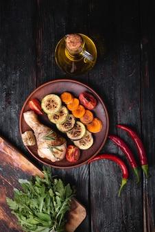 Gegrilde kippenpoot, een heerlijk diner in een restaurant, een heerlijk menu, plek voor tekst