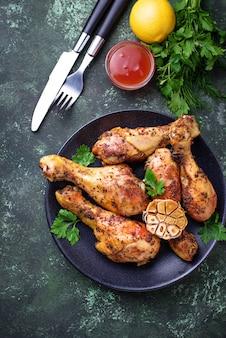 Gegrilde kippenpoten met kruiden en knoflook.