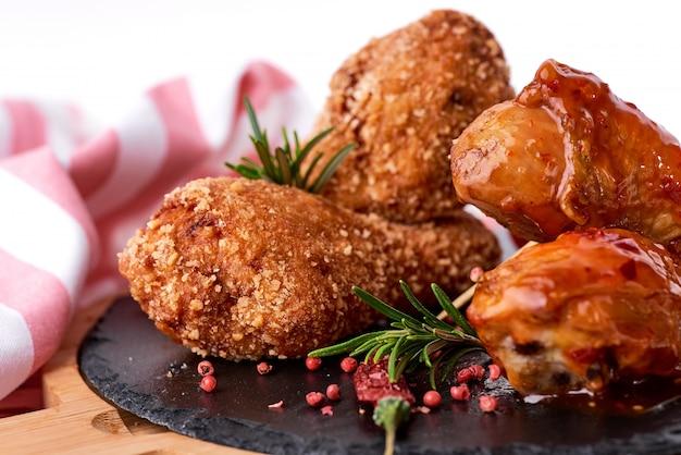 Gegrilde kippenpoten met saus