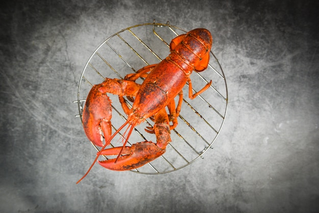 Gegrilde kreeft op grill op de donkere rode kreeft eten op eettafel