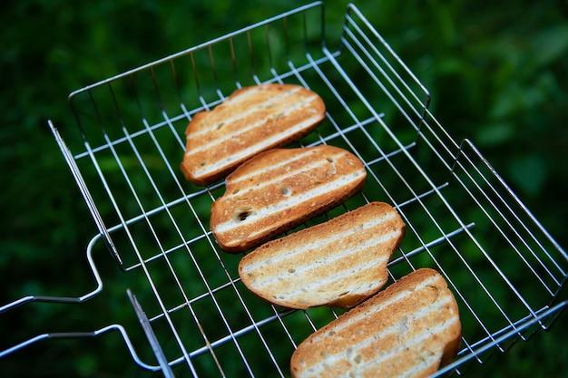 Gegrilde krokante toastjes op het rooster