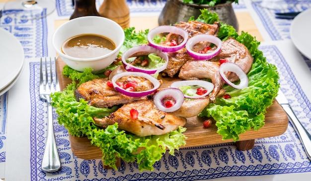 Gegrilde kwartels, georgische keuken