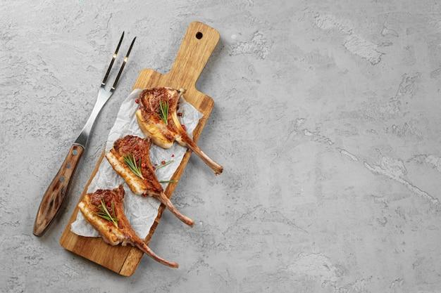 Gegrilde lamsrack geserveerd op een houten bord