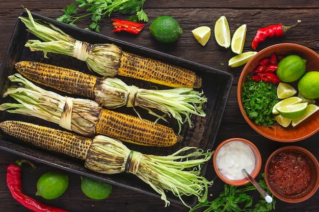 Gegrilde maïs met kruiden en saus. traditionele mexicaanse en latijns-amerikaanse schotel