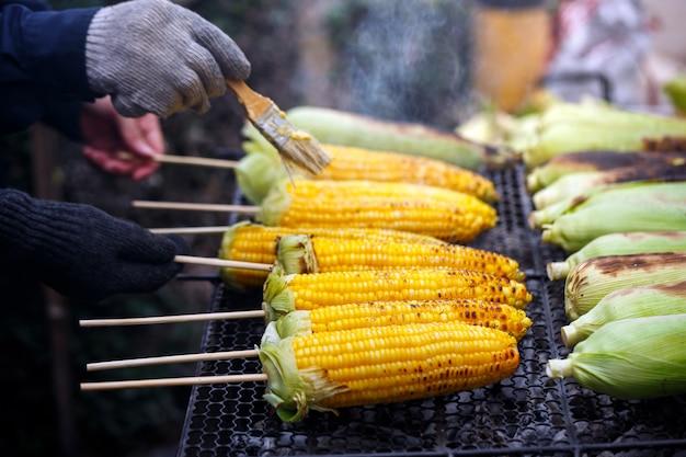 Gegrilde mais op de grill, koken van verschillende verse geel bruin gouden maïs