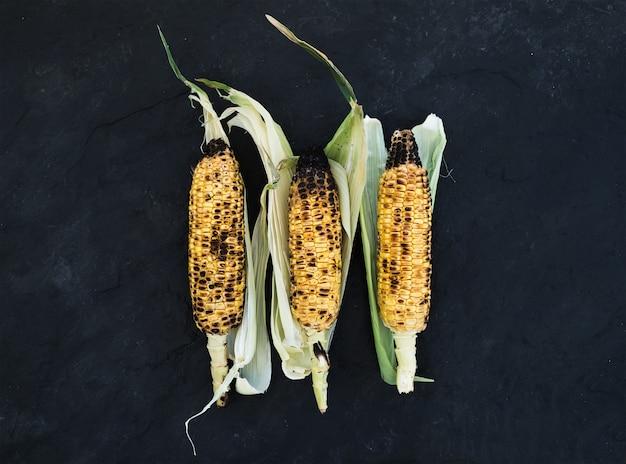 Gegrilde maïs over zwarte leisteen