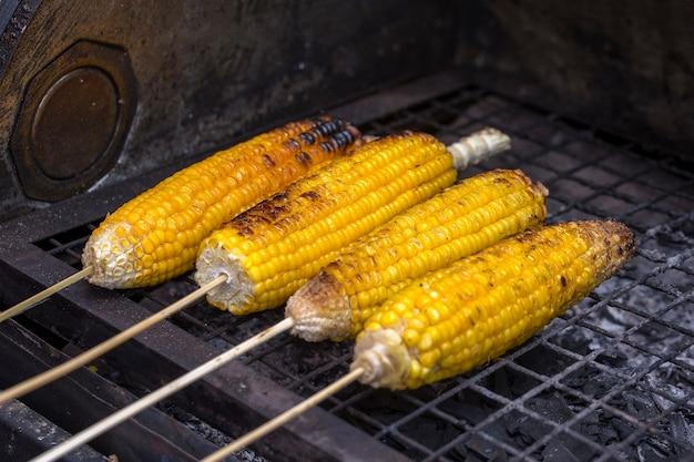 Gegrilde maïskolf in markt, straatvoedsel