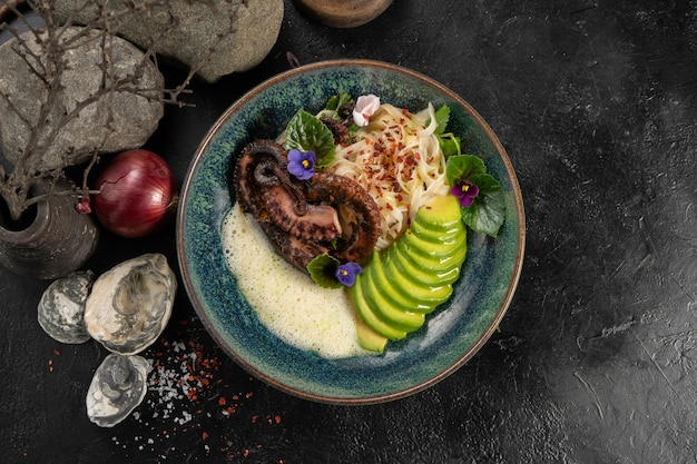 Gegrilde octopus met udon noedels en verse avocado