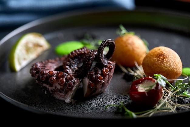 Gegrilde octopus mooi serveren