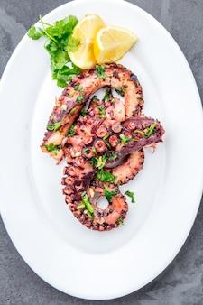 Gegrilde octopus op een witte plaat