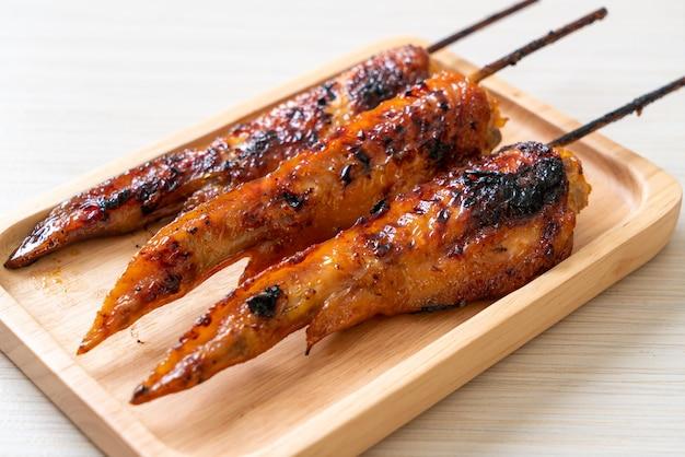 Gegrilde of barbecue kippenvleugels spies op bord