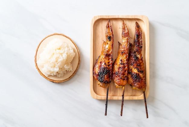 Gegrilde of barbecue kippenvleugelspies met kleefrijst