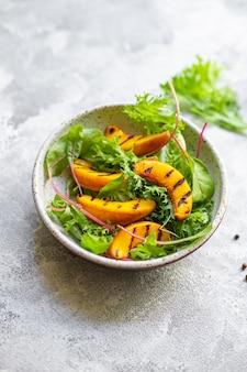 Gegrilde perziksalade sla bladeren mix nectarine natuurlijk ingrediënt