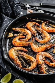 Gegrilde reuzengarnalen van langoustine, garnalen in een koekenpan