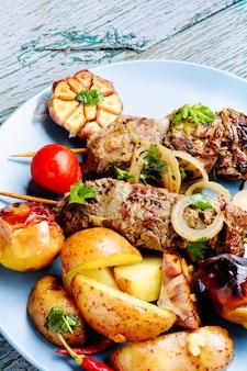 Gegrilde rundvlees kebab op plaat