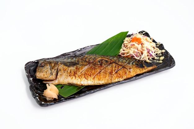 Gegrilde saba vis met sojasaus en zout met groente op schotel