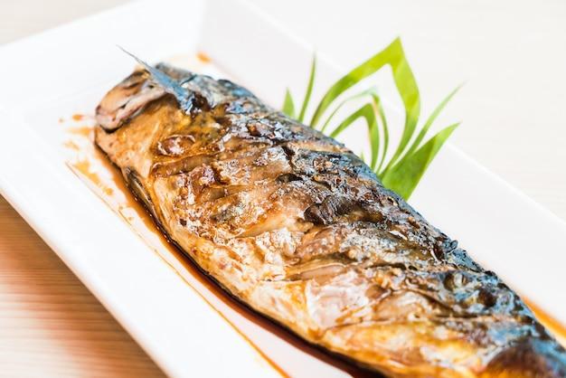 Gegrilde saba vis met zwarte zoete saus