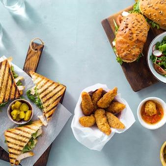 Gegrilde sandwich nuggets salade saus bovenaanzicht